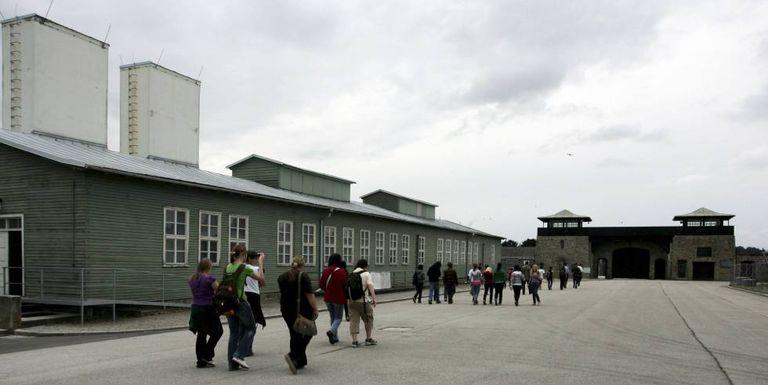 Visita educativa para jovens ao campo de concentração nazista de Mauthausen (Áustria).
