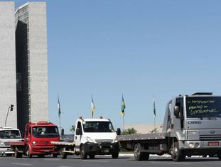 Caminhoneiros estacionam próximo ao Congresso Nacional durante protesto contra o aumento do preço do combustível, na segunda-feira.
