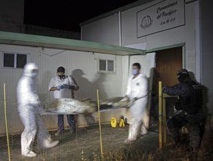 Médicos forenses levam os cadáveres encontrados em um crematório de Acapulco.
