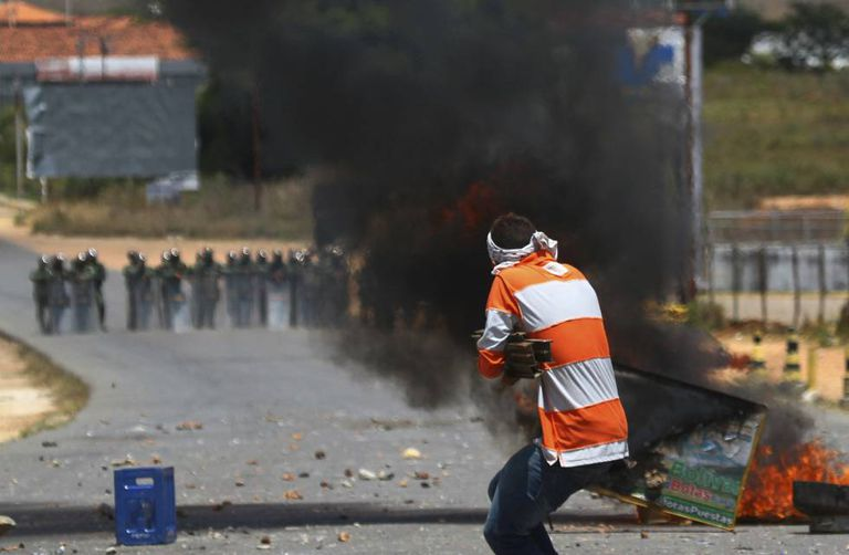 Manifestantes contrários a Maduro enfrentam a Guarda Nacional Venezuelana na zona fronteiriça entre Pacaraima, no Brasil, e Santa Elena de Uairen, na Venezuela.
