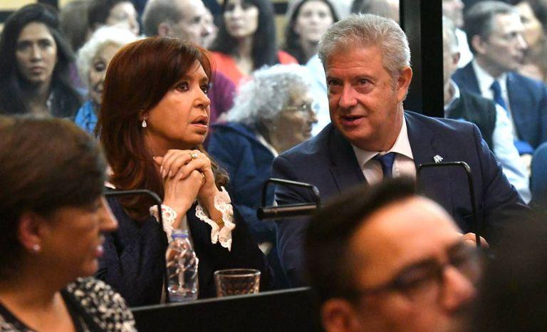 A ex-presidenta Cristina Kirchner, sentada ao lado de seu advogado.