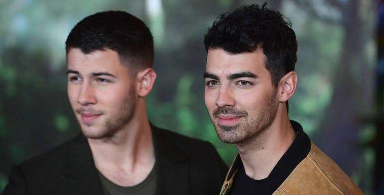 Os músicos Nick e Joe Jonas na première de ' Jumanji: Bem-vindo à Selva'.