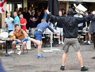 Ultras russos atiram cadeiras contra torcedores da Eslováquia.