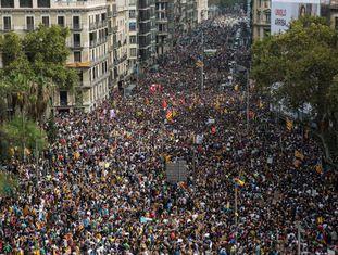 Multidão protesta na Plaza Universidad de Barcelona nesta terça-feira