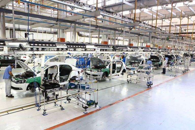 Linha de produção automobilística da Volkswagen no Brasil, em fevereiro deste ano.