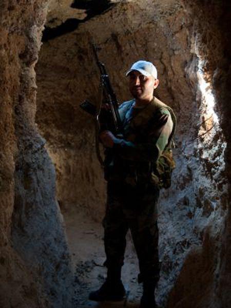 Um soldado em um túnel escavado por rebeldes em Damasco.