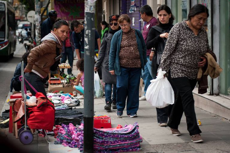 Vendedora informal nas ruas de Buenos Aires.