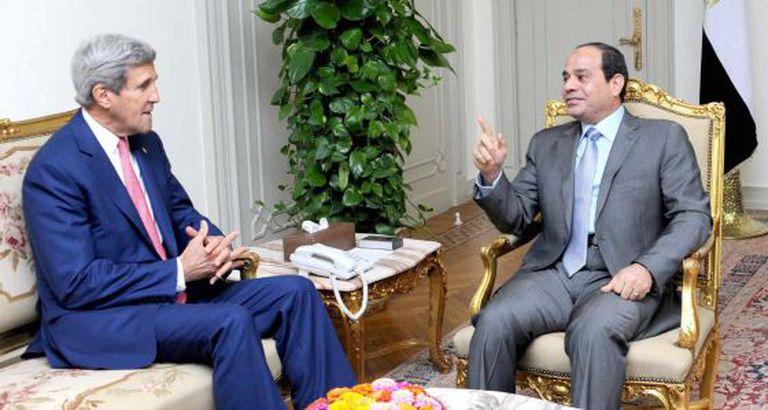 John Kerry e Abdul Fatah Al-Sisi, este sábado no Cairo.