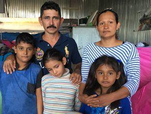 Rafael Castillo, Georgina Ayala e seus filhos, na segunda-feira em um albergue de Tijuana, onde esperam para atravessar aos Estados Unidos.