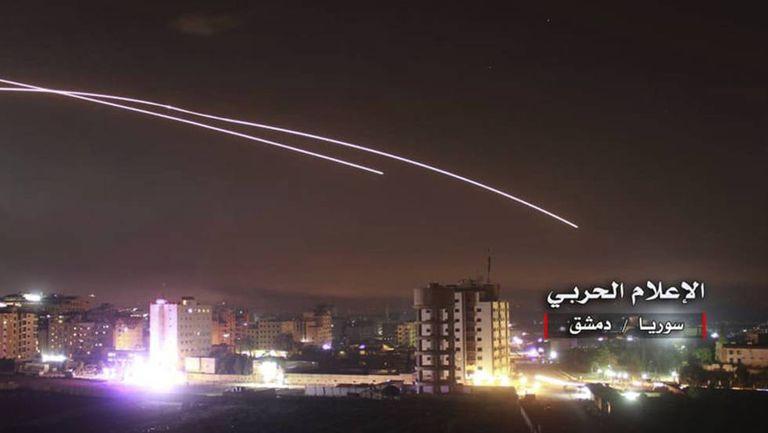 Foto cedida por forças pró-Síria do ataque com mísseis visto de Damasco