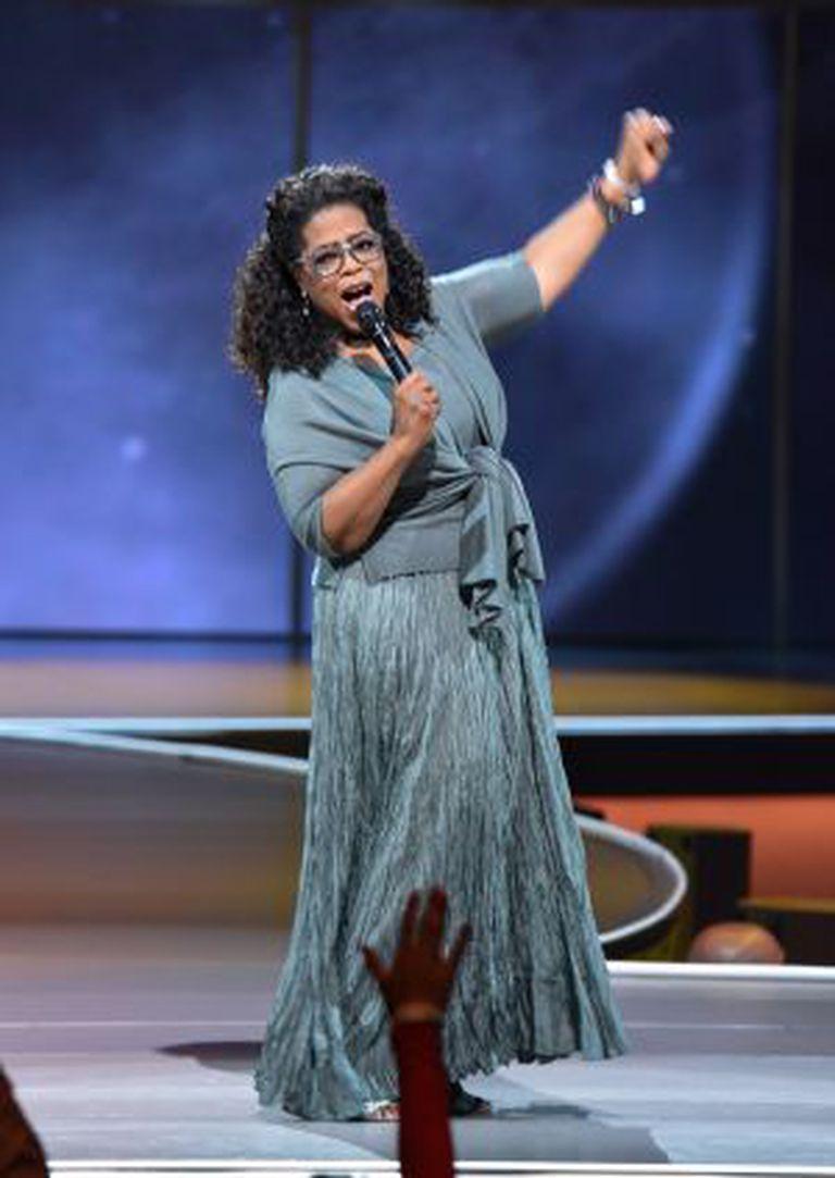 A popular apresentadora de televisão Oprah Winfrey em discurso durante sua turnê pelos Estados Unidos.