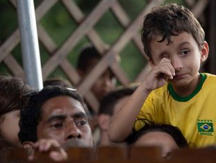 Garoto chora durante confusão no único treino aberto da seleção brasileira.
