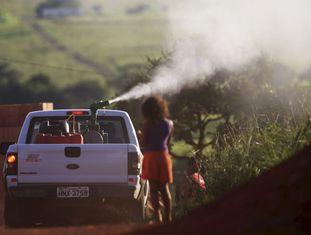 Equipe faz fumigação contra o mosquito 'Aedes' no Distrito Federal, em 11 de fevereiro.