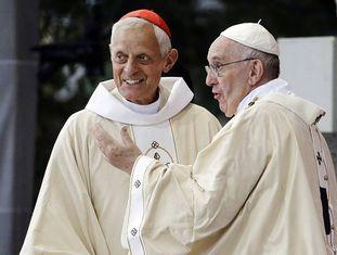 O Papa com o cardeal Wuerl, acusado de encobrir os fatos, em Washington em 2015.