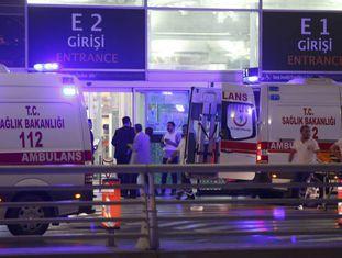 Ambulância chega ao aeroporto turco.