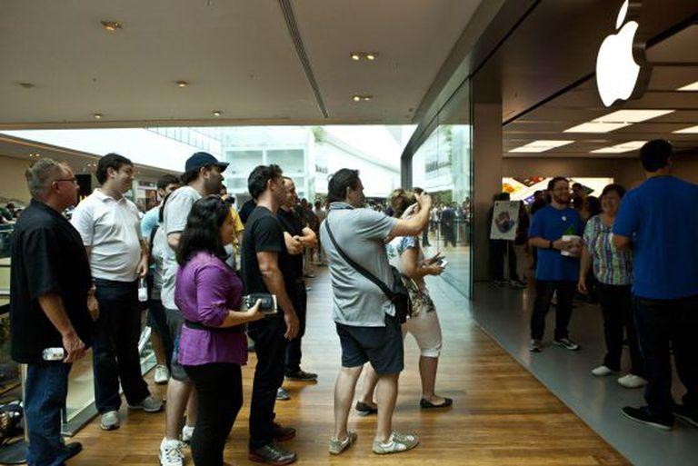 Consumidores fazem fila na abertura da loja da Apple no Rio de Janeiro, no último dia 15.