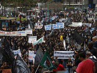Manifestação de trabalhadores despedidos no Rio, nesta segunda.