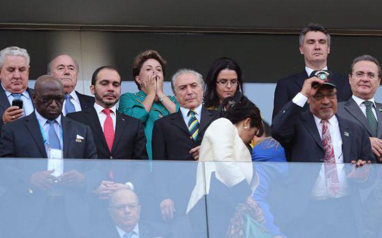 A presidenta Dilma (de verde) no jogo de abertura da Copa.