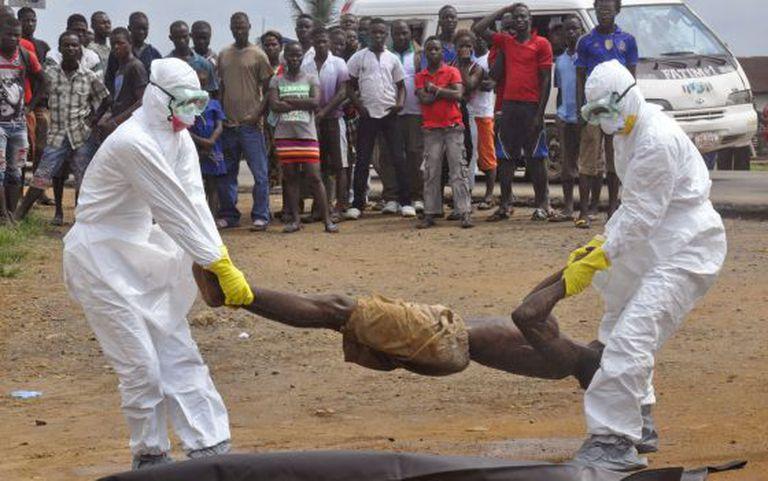 Em Monróvia, na Libéria, as equipes de saúde pública removem o corpo de um homem suspeito de ter contraído o ebola.