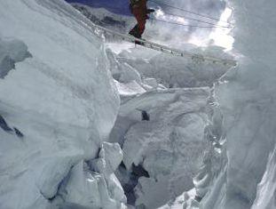 Um sherpa na cachoeira de gelo do Khumbu.