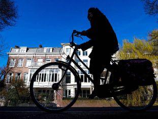 Uma ciclista em Haia, nos Países Baixos.