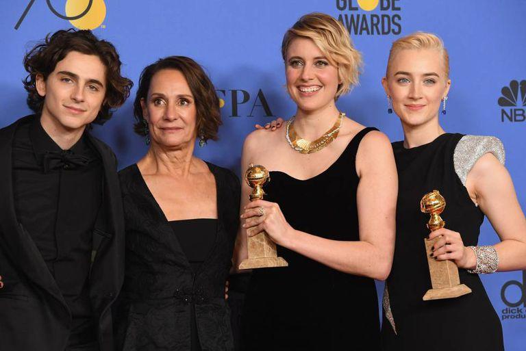 A equipe de Lady Bird, com os prêmios à melhor comédia e à melhor atriz, Saoirse Ronan, à direita.