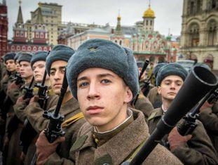 Soldados russos ensaiam para o desfile na praça Vermelha de Moscou do 7 de novembro.