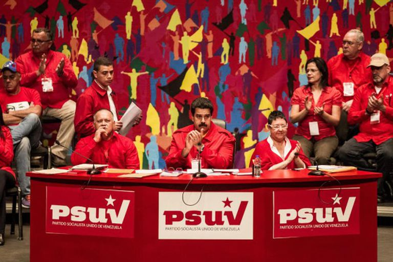 Maduro, no centro, no congresso do PSUV, neste domingo