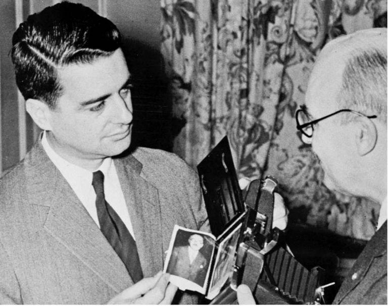 – A fotografia instantânea completou 70 anos graças a Edwin Land (esquerda).