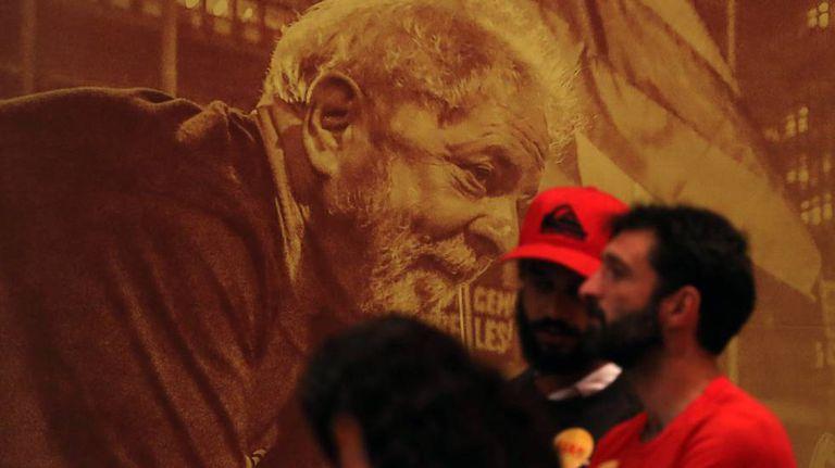 Apoiadores de Lula assistem ao lançamento da pré-candidatura do petista no dia 8 de junho