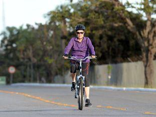 Dilma de bike, pedalando magra por Brasília.