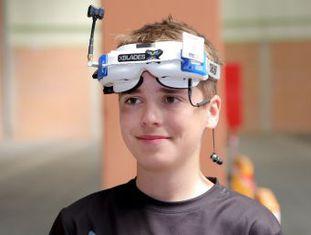 Luke Bannister, de 15 anos, construiu o aparelho com o qual ganhou o título de campeão mundial de corridas de drones