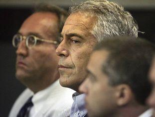 Jeffrey Epstein (centro), sob custódia num tribunal da Flórida em 2008.