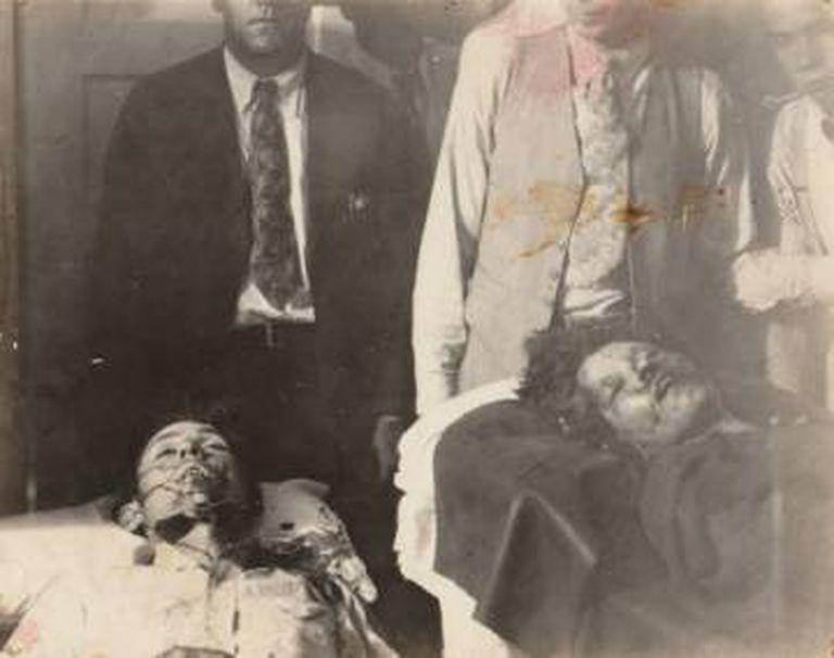 Cadáveres de Clyde (esquerda) e Bonnie.
