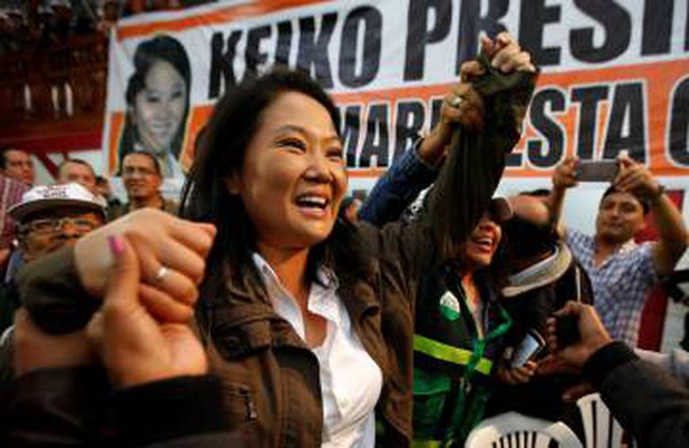 Keiko Fujimori cumprimenta seguidores em Lima.