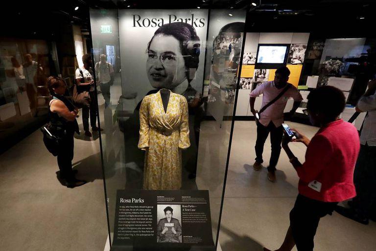 Vestido que a ativista Rosa Parks elaborava no dia em que foi presa por se negar a ceder seu assento num ônibus.