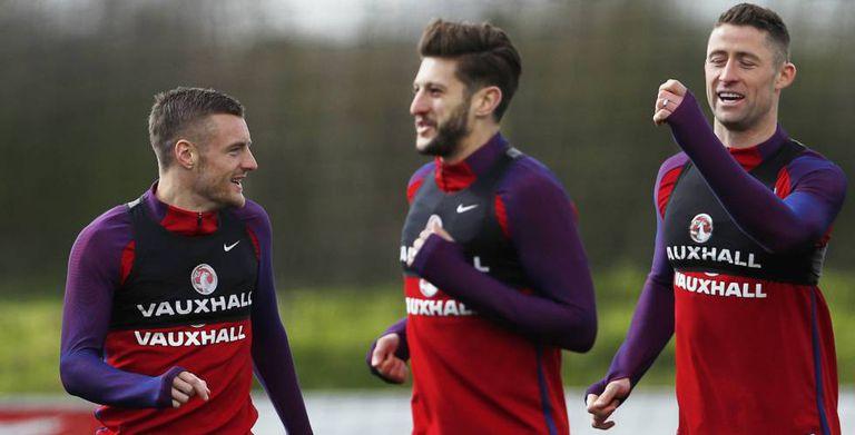 Vardy, Lallana e Cahill, durante treinamentos pela seleção inglesa.