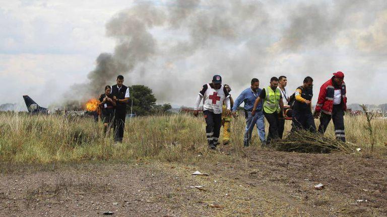 Vítimas são resgatadas após o acidente em Durango