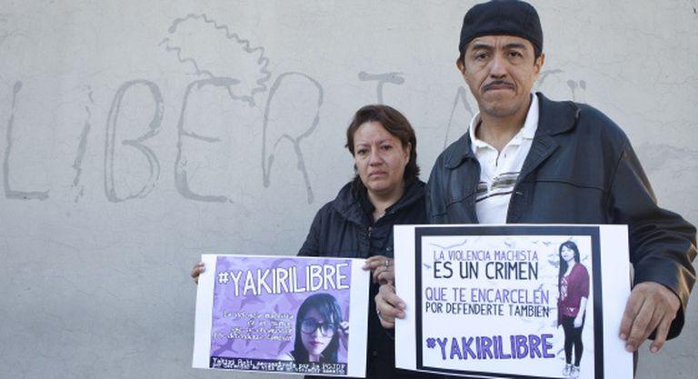 Os pais de Yakiri, presa por homicídio após denunciar estupro.