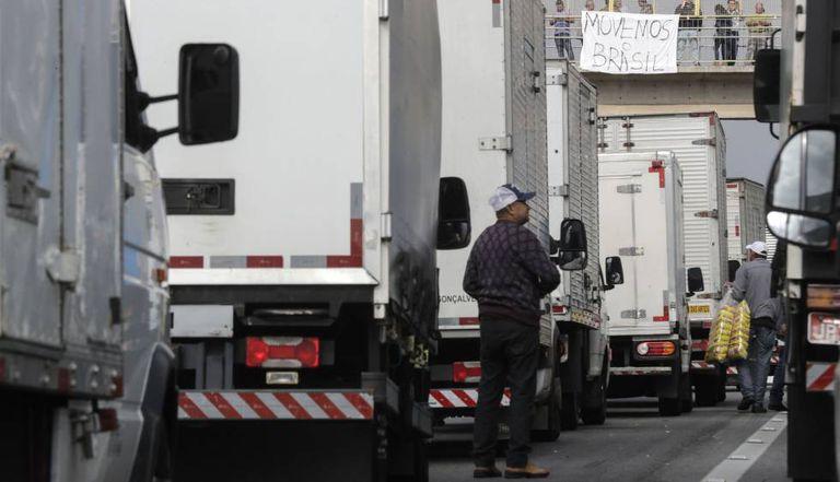 Vários caminhoneiros permanecem parados na rodovia Régis Bittencourt, a cerca de 30 quilômetros de São Paulo.