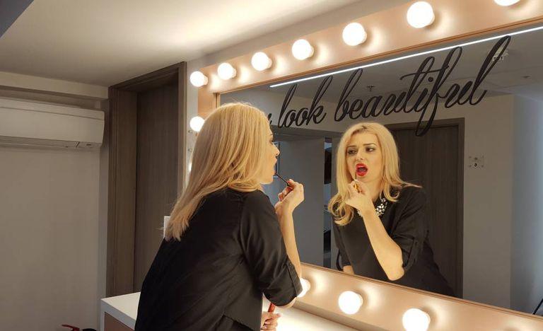 Sandra Diamond retoca a maquiagem.