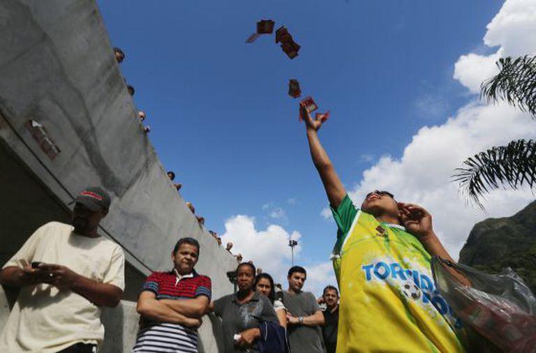 Eleitores aguardam fila para votar na favela da Rocinha, no Rio.
