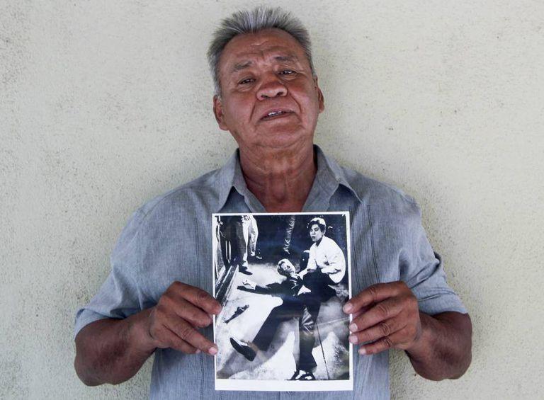 Juan Alecrim, que hoje tem 67 anos, com a foto de Boris Yaro