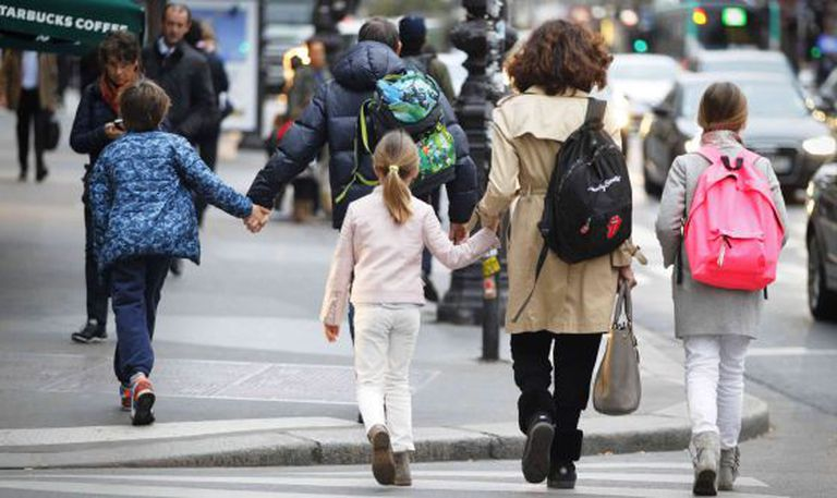 Alunos voltam ao colégio nesta segunda-feira em Paris.
