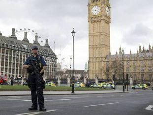 Policiais britânicos montam guarda depois do atentado na frente do Parlamento em Londres