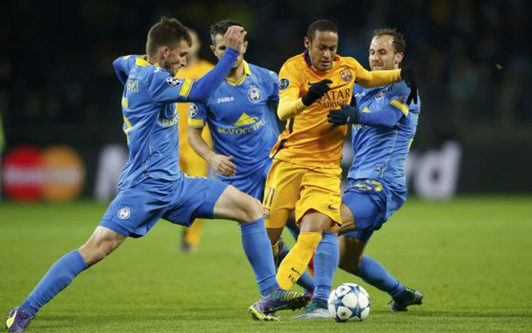 Neymar disputa a bola na vitória sobre o Bate Borisov.