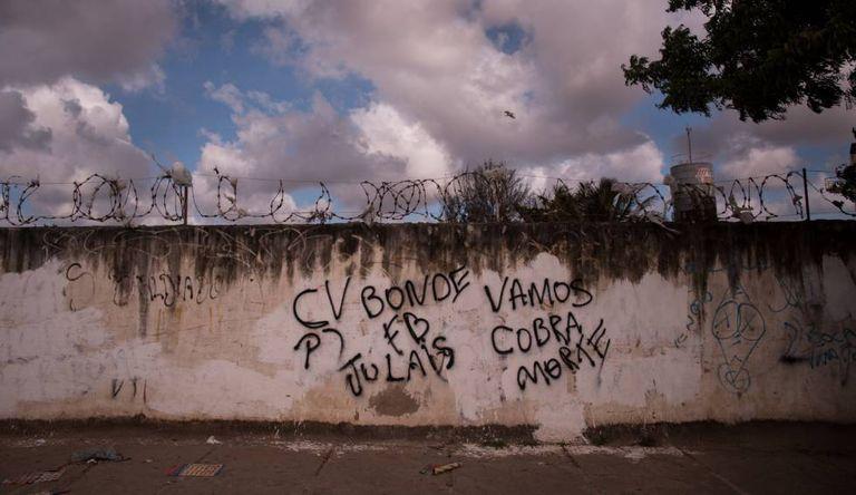 Em Fortaleza, os muros anunciam a facção que controla cada comunidade.