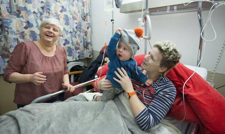 Marieke Vervoort com o pequeno Heden, de um ano, e sua amiga Annie de Roeck, no hospital de Diest.