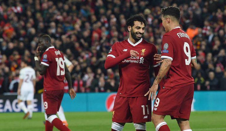 Salah e Firmino comemoram gol do Liverpool, com Mané ao fundo.