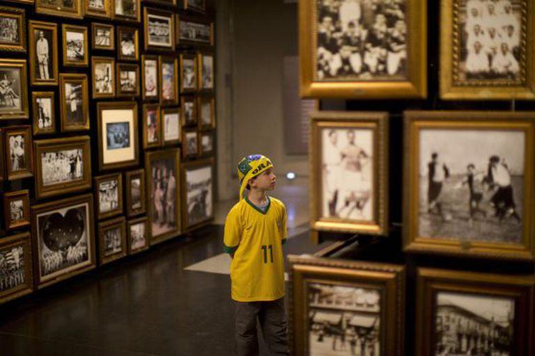Jovem torcedor brasileiro visita o Museu do Futebol, em São Paulo.
